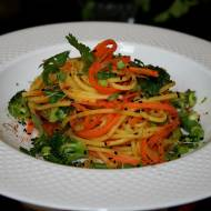 Spaghetti bezglutenowe z warzywami z nuta wędzonej papryki– wersja wegańska