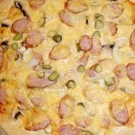 Pizza wiejska (z kiełbasą i ogórkiem)