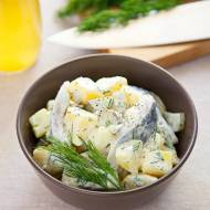 Kartoffelsalat ze śledziem. Przepis na niemiecką sałatkę