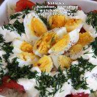 Sałatka z kalafiorem, pomidorem i jajkami polanymi sosem czosnkowym