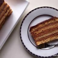 Tort czekoladowy z nutą migdałów