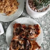 Filet z indyka w cebulowej panierce zapiekany z pieczarkami i oscypikiem