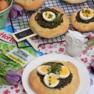 Wiosenne pizzeriny ze szpinakiem, jajkiem i zieleniną.