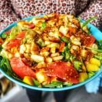 Sałatka z grillowanym halloumi, mango oraz grejpfrutem
