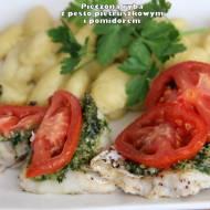 Pieczona ryba z pesto pietruszkowym i pomidorem