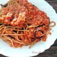 Spaghetti z soczewicą i oliwkami w sosie pomidorowym