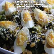 Sałatka brokułowa z ciecierzycą, kukurydzą i gotowanymi jajkami