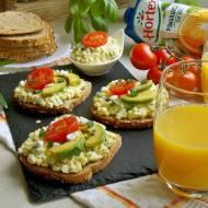 Sałatka jajeczna z awokado i serkiem wiejskim