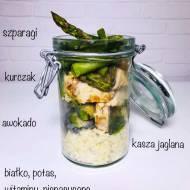 Środa: Sałatka z polędwiczek z kurczaka z kaszą jaglaną, szparagami i awokado