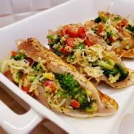 Zapiekane piersi z kurczaka faszerowane brokułami, papryką i mozzarelą.