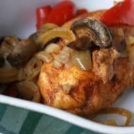 Pieczony kurczak z papryką i pieczarkami