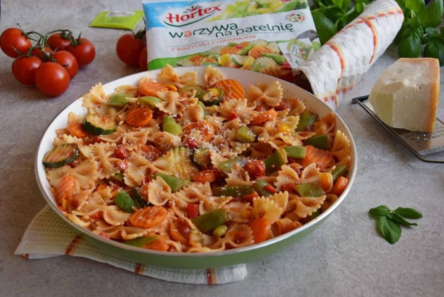 Makaron z warzywami na patelni