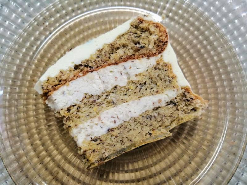 Wykwintny tort z orzechów laskowych z kremem śmietankowym