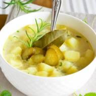 ZUPA ZIEMNIACZANA: tradycyjna zupa ziemniaczana z kiszonymi ogórkami, na rosole