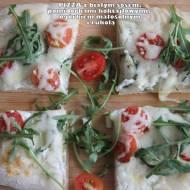 Pizza z białym sosem, pomidorkami koktajlowymi, ogórkiem małosolnym i rukolą