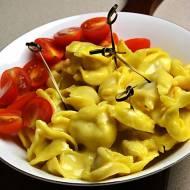 Tortellini z serowo pomidorowym nadzieniem w sosie fondue