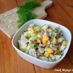 Sałatka ryżowa z ogórkiem, szynką i kukurydzą