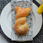 Wielkanocne bułki drożdżowe w kształcie króliczków