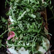 Kanapka na gorąco z prosciutto, salami i oliwkami