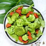 Sałatka z brokułem i sosem z pieczonej papryki – post dr Dąbrowskiej
