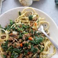 Spaghetti z ragù z jarmużem (Spaghetti al ragù bianco e cavolo riccio)