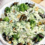 Sałatka brokułowa z pieczonym kurczakiem, pestkami dyni i pistacjami