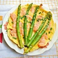 Omlet ze szparagami i wędzonym łososiem