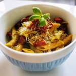 Makaron z pesto basilico i chrupiącym chorizo