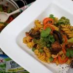 Zakręcony makaron z indykiem i warzywami, o nucie orientalnej (danie bezglutenowe)