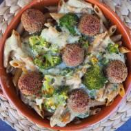 Zapiekanka makaronowa z sosem beszamelowym i klopsikami