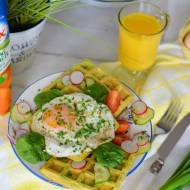Szpinakowe gofry z jajkiem sadzonym i kolorowymi warzywami