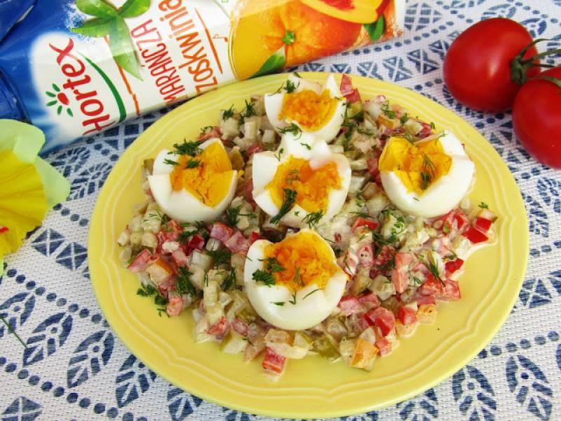 Jajka podane na sałatce z marynowanych warzyw