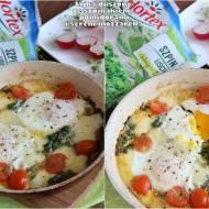 Duszone jajka ze szpinakiem, pomidorami i serem mozzarella