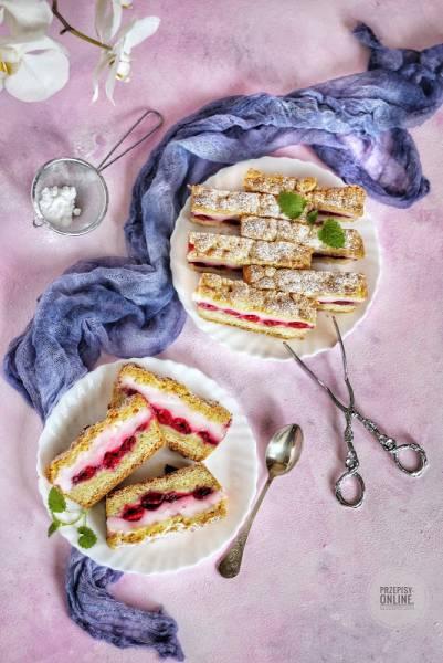Ciasto pieczone z budyniem i wiśniami