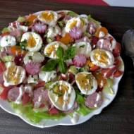 Wielkanocna sałatka z białą kiełbasą i sosem chrzanowym