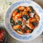 Gnocchi z sosem pomidorowym szpinakiem i parmezanem