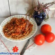 Razowe spaghetti z sosem pomidorowym i pieczarkami