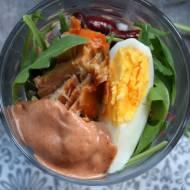Sałatka z jajkiem i  łososiem z puszki w sosie pomidorowym