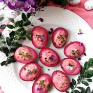 Różowe jajka faszerowane