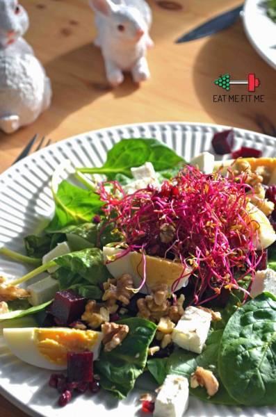 Kolorowa sałatka ze szpinakiem, jajkiem, fetą, burakiem i orzechami włoskimi