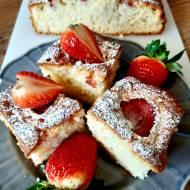 Jogurtowe ciasto z truskawkami – bez miksera