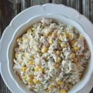 Sałatka z ryżem i wędzonym kurczakiem