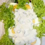 Jajka w sosie czosnkowo-ogórkowym