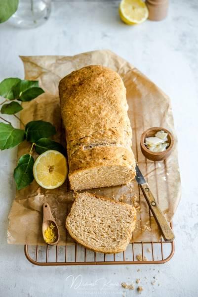 Pełnoziarnisty chlebek drożdżowy z cytryną i parmezanem