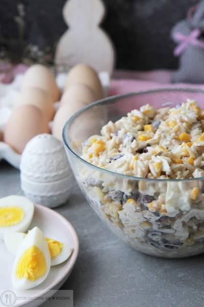 Sałatka z ryżem, czerwoną fasolą, kukurydzą i tuńczykiem