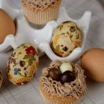 Biszkoptowe babeczki gniazdka z czekoladowymi jajeczkami