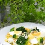 Sałatka z brokuła i jajka w sosie majonezowo-musztardowym