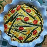 Pieczony omlet ze szparagami, fetą i papryką