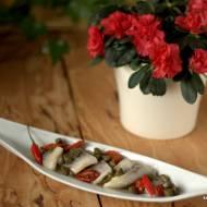 Śledzie z suszonymi pomidorami i kaparami