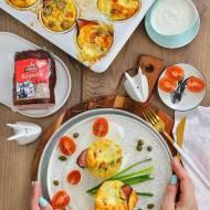Wytrawne jajeczne muffiny z szynką podane na chrzanowym sosie!